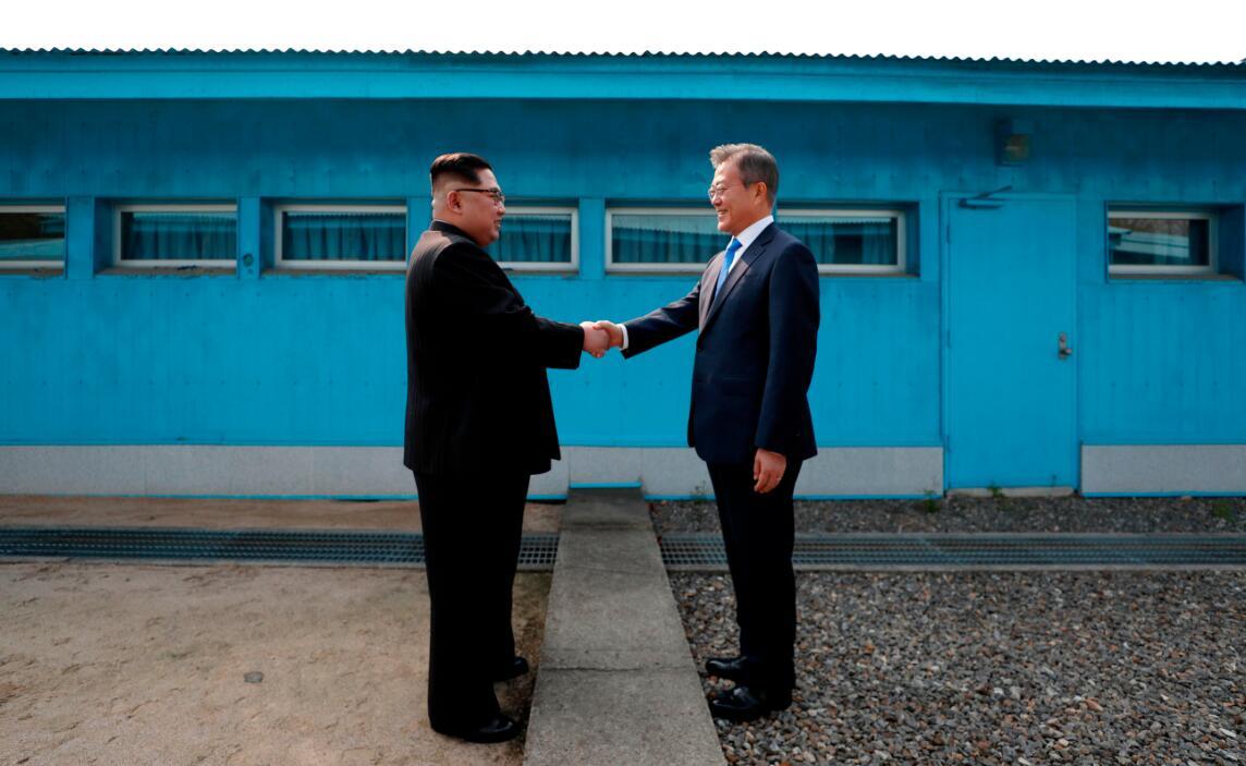 今年4月,朝鮮最高領導人金正恩和韓國總統文在寅在軍事分界線握手。法新社