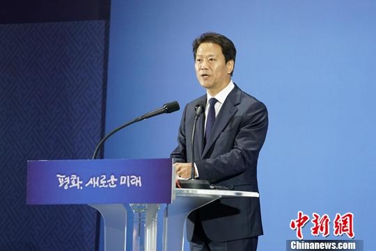 9月17日,韓國總統府青瓦台秘書室室長任鍾皙在首爾新聞中心舉行記者發佈會,公佈第三次「文金會」的主要議程。韓朝領導人計劃舉行兩次會談,並重點協商半島無核化進程等事宜。韓朝首腦將於9月18日至20日在平壤舉行會晤。中新社
