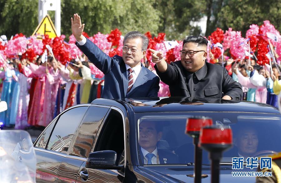 9月18日,韓國總統文在寅(左)與朝鮮國務委員會委員長金正恩乘車進入平壤市區。韓國總統文在寅18日上午乘專機抵達朝鮮首都平壤。朝鮮國務委員會委員長金正恩到機場迎接。兩位領導人將在今後3天裡舉行今年以來的第三次會晤。新華社發(韓朝首腦平壤會晤韓方聯合採訪團供圖)
