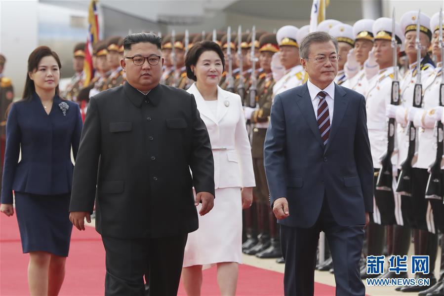 9月18日,韓國總統文在寅(前右)與朝鮮國務委員會委員長金正恩(前左)在平壤檢閱儀仗隊。韓國總統文在寅18日上午乘專機抵達朝鮮首都平壤。朝鮮國務委員會委員長金正恩到機場迎接。兩位領導人將在今後3天裡舉行今年以來的第三次會晤。新華社