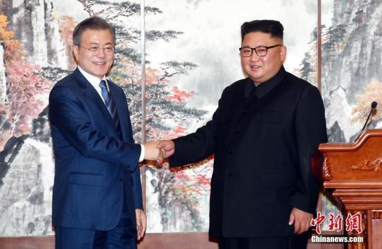 9月19日,在朝鮮平壤,朝鮮國務委員會委員長金正恩(右)與韓國總統文在寅在簽署《9月平壤共同宣言》,就早日推動半島無核化進程、加強南北交流與合作達成一致。