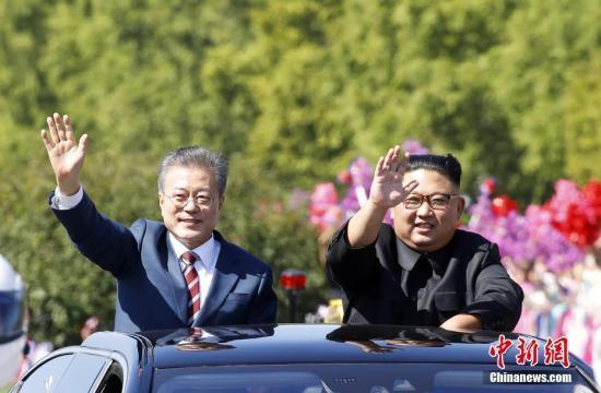 韓國總統文在寅9月18日抵達朝鮮平壤,今年第三次「文金會」9月18日至20日舉行。18日,文在寅與金正恩一同驅車平壤街頭,二人打開天窗,向民眾揮手致意。
