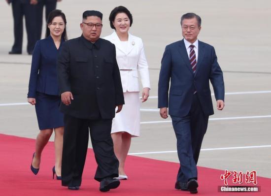 9月18日,韓國總統文在寅抵達朝鮮平壤,朝鮮最高領導人金正恩攜夫人李雪主到機場迎接。