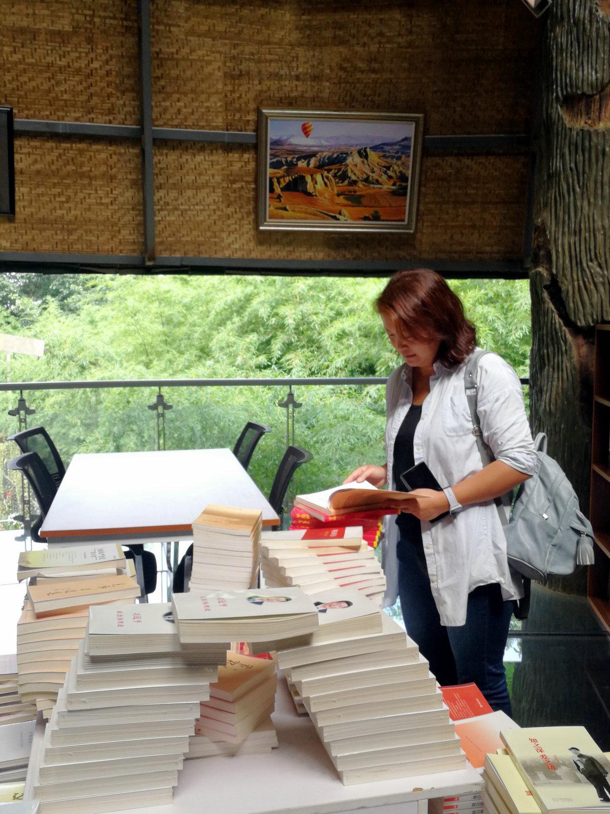 讀者在新知選購圖書。