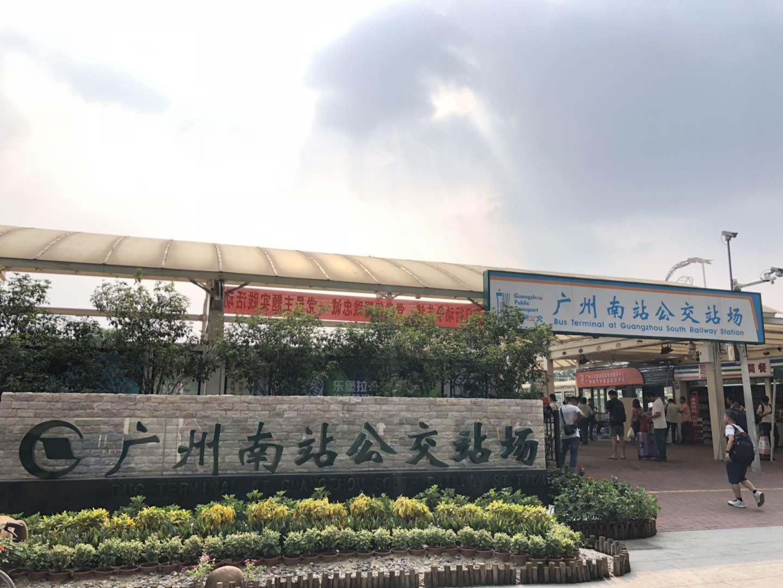 广州公交集团在广州南站加密班次,开行定制公交线路,并做好夜间客「兜底」服务,助港客出行无忧。