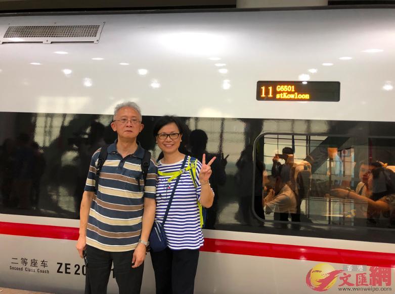 这对搭广州首发香港高铁的港人老人家,坦言今后往返粤港更便捷。 (方俊明摄)
