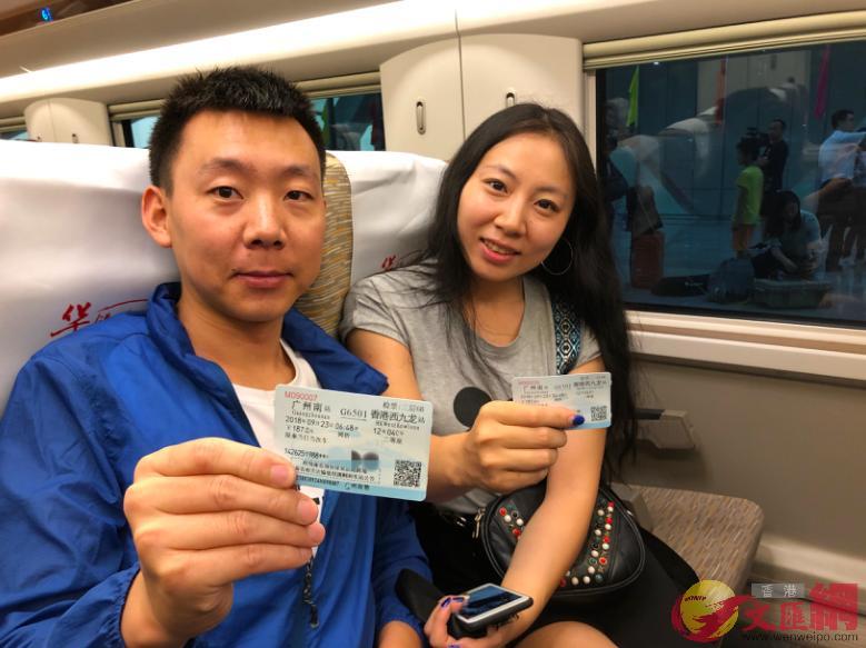 一对港人情侣来搭乘广州开往香港首趟高铁。 (方俊明摄)