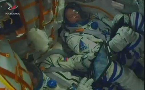 兩名宇航員早前在火箭內工作的畫面