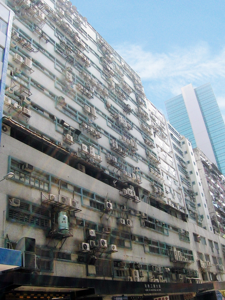 香港行政長官林鄭月娥在第二份施政報告中提出,改裝整幢工廈為過渡性房屋。