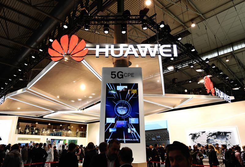 圖:在巴塞羅那移動通信大會上,華為公司用電子屏展示5G技術\資料圖片