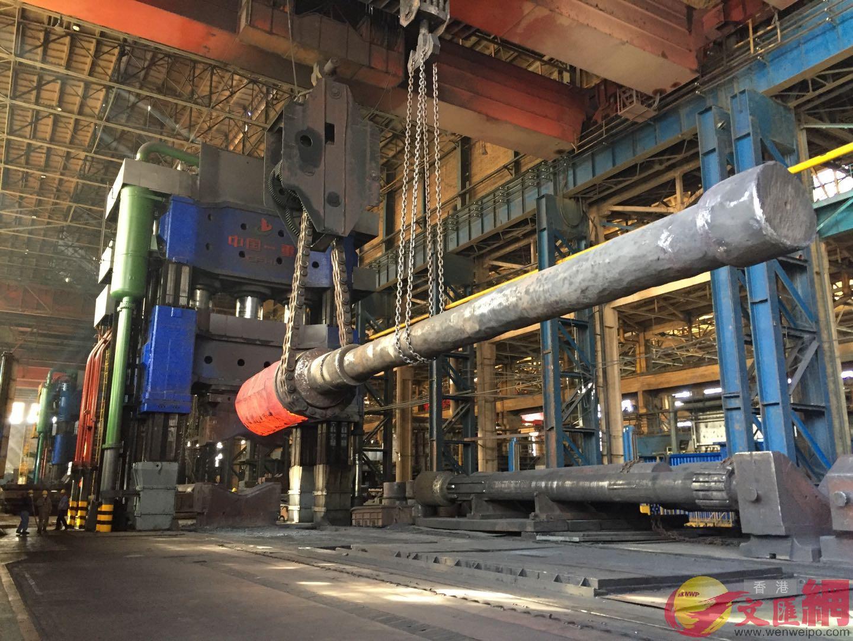 一萬五千噸自由鍛造水壓機是世界最大的巨型水壓機。記者於海江攝