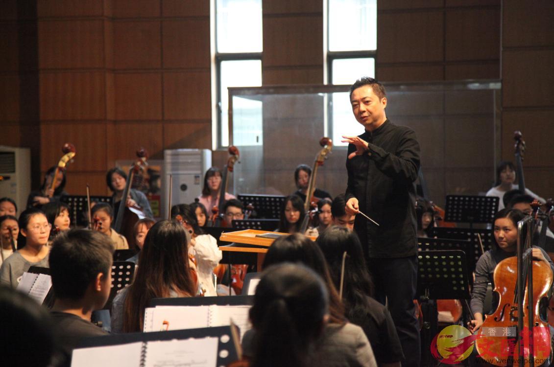 梁建楓為武漢音樂學院向東方少年交響樂團教授大師課(記者俞鯤 攝)