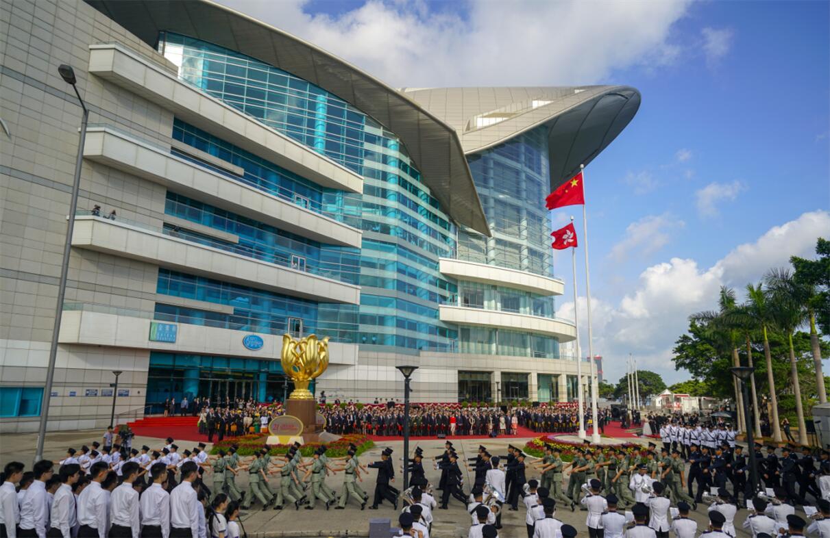 調查顯示,逾半香港中學生認為基本法教育有成效。圖為金紫荊廣場升旗儀式。資料圖片