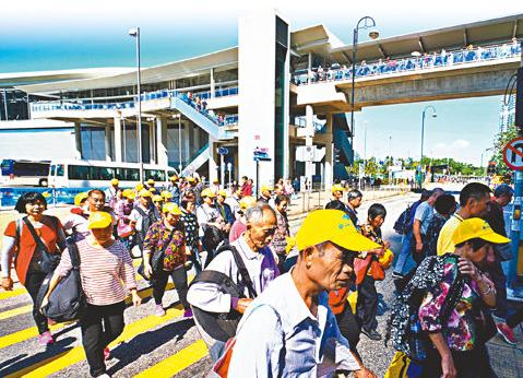 大批遊客經港珠澳大橋前來香港(文匯報資料圖)