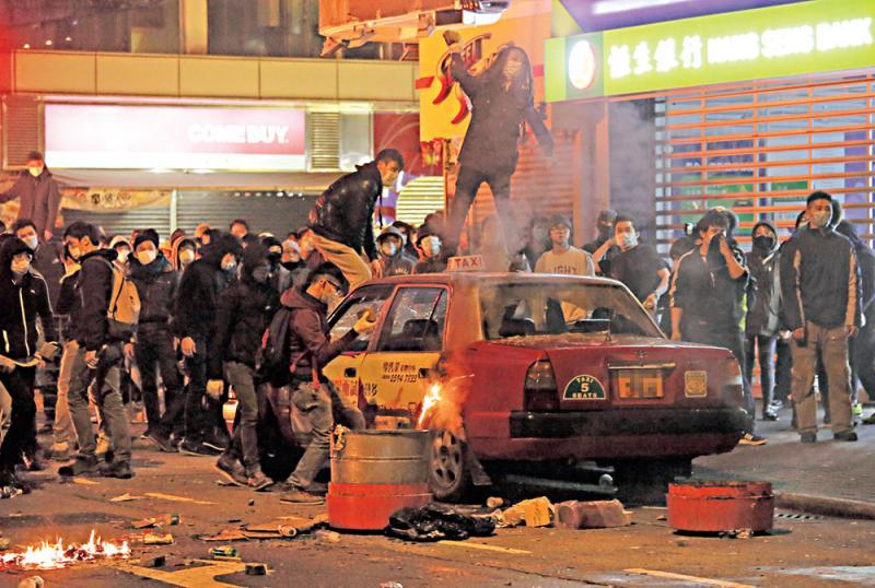 前年農曆新年初二旺角發生暴動,暴徒肆意打砸縱火\資料圖片