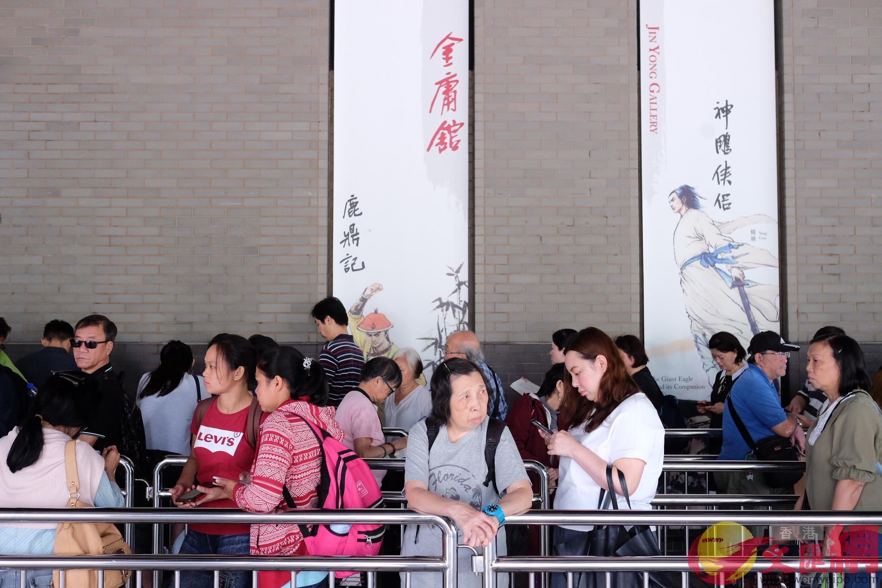 市民在文化博物館外排隊弔唁金庸(大文全媒體記者 麥鈞傑 攝)