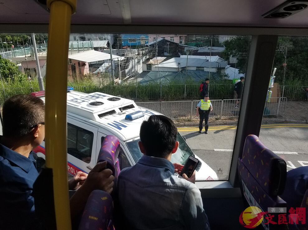 警方設置路障,檢查過往車輛(全媒體記者 黃杜煜 攝)