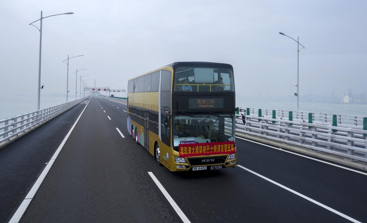 香港運輸署16日表示,港珠澳大橋的穿梭巴士服務將增設團體車票網上預約安排。圖為穿梭巴士。中新社