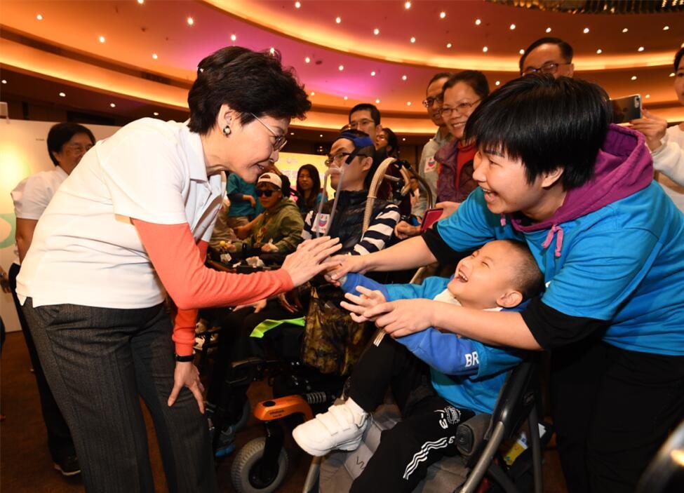 香港行政長官林鄭月娥(左一)今日出席12•1「罕愛同行」博覽會,並與病人及家屬交談。