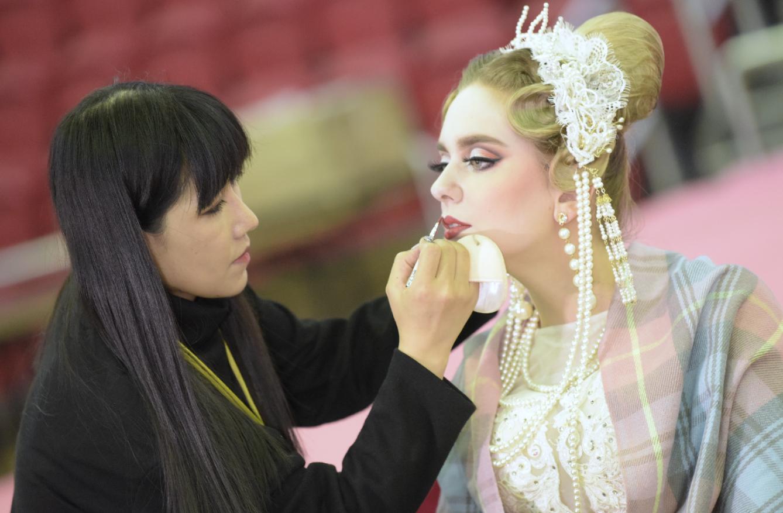 「時尚新娘化妝組」比賽選手設計新娘造型。