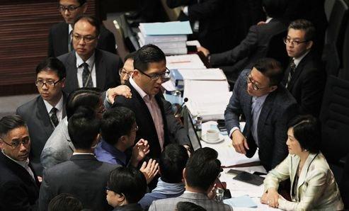 反對派議員林卓廷(中)等人為反而反,肆意干擾立法會審議「一地兩檢」議案(大公報資料圖)