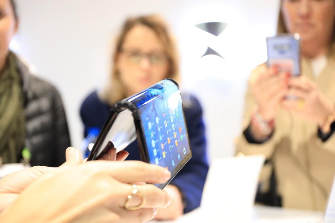 柔宇科技產品受到參展消費者圍觀 受訪者提供