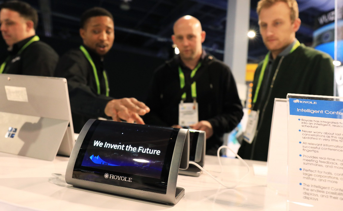 集成柔性顯示屏的智能會議終端電子銘牌首次公開亮相