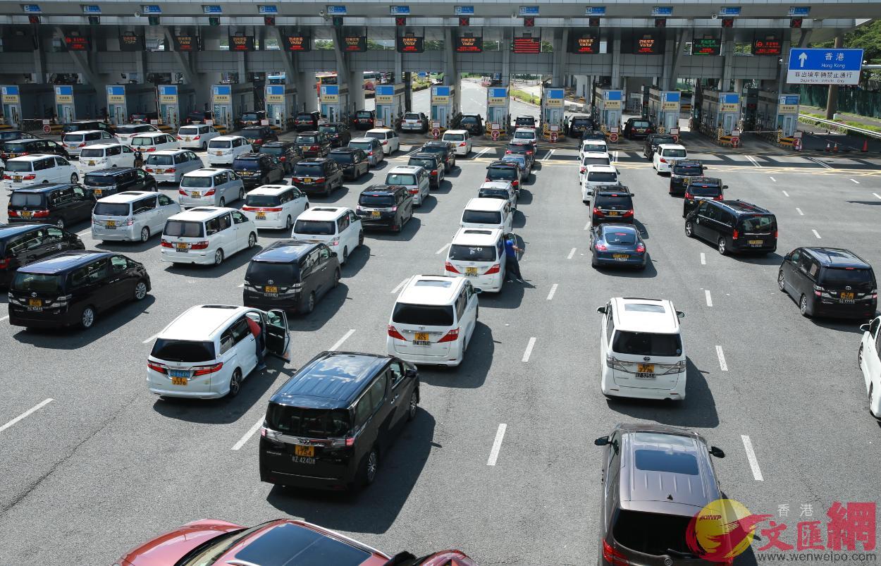 等候入境香港的候檢車輛 記者石華攝