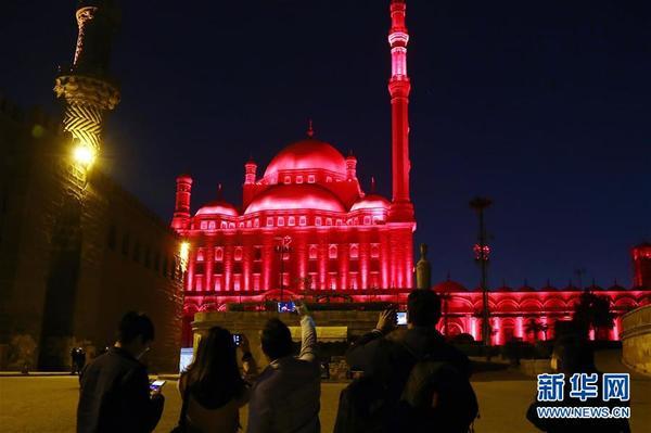 1月28日,在埃及首都開羅,觀眾拍攝亮起紅色燈光的薩拉丁城堡。新華社