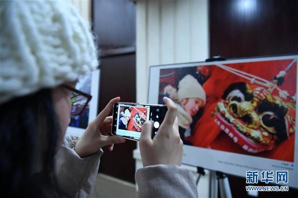 1月16日,記者在發佈會上拍攝「歡樂春節」圖片展。 當日,2019年全球「歡樂春節」活動啟動,文化和旅遊融合發展將成為本屆「歡樂春節」最大亮點。新華社