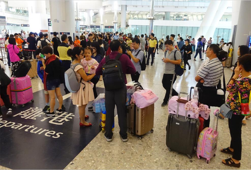 大批旅客在西九龍站搭乘高鐵返回內地(中新社圖)