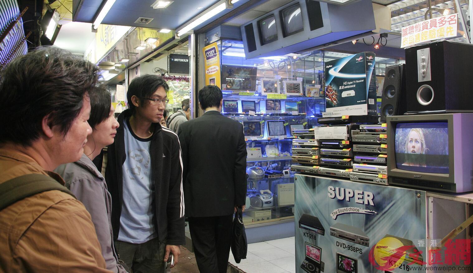 香港明年11月30日終止模擬電視廣播。圖為鴨寮街商戶售賣機頂盒。