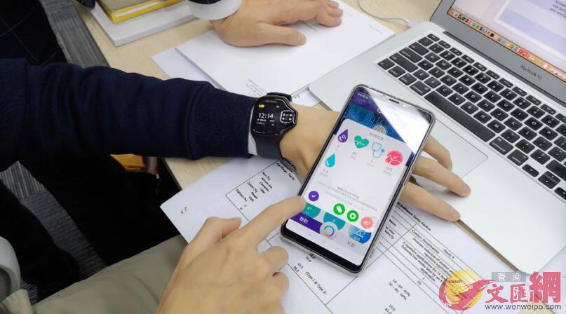 監測血糖的智能手錶與APP產品演示(實習記者 胡永愛 攝)