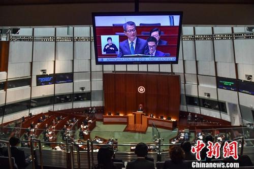 2月27日,香港特區財政司司長陳茂波於立法會宣讀新一年度財政預算案。陳茂波表示,預算案的大方向是「撐企業、保就業、穩經濟、利民生」,將動用合共1500億港元新資源。圖為財政預算案發佈現場。中新社