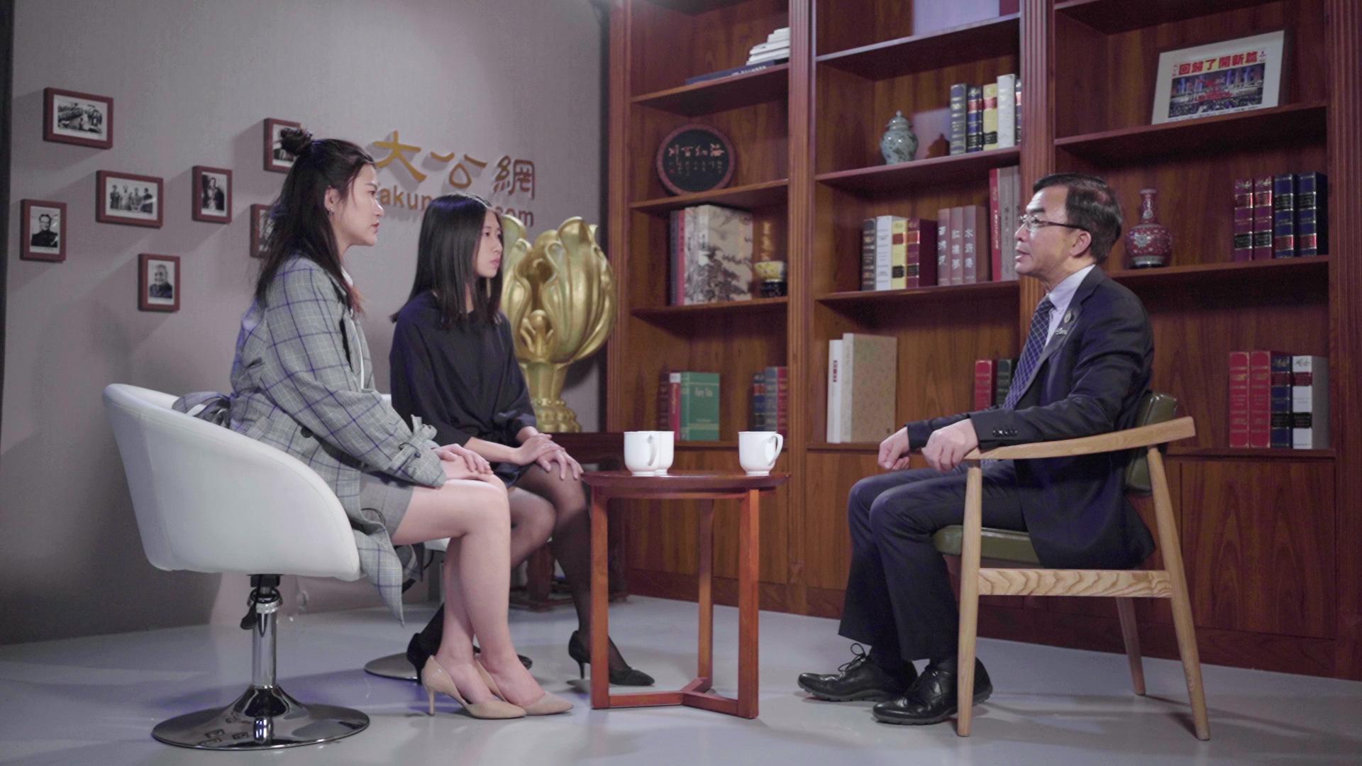 在京港生謝慧怡(左)、陳嘉雯(中)與全國政協委員陳卓禧(右)面對面