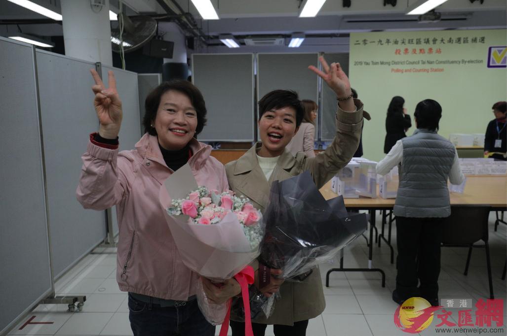 李思敏與經民聯黨友、立法會議員梁美芬開心慶祝