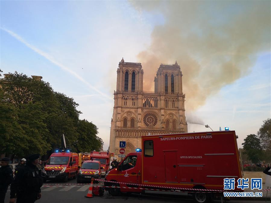 4月15日,在法國首都巴黎,救援人員聚集在發生大火的巴黎聖母院附近。新華社