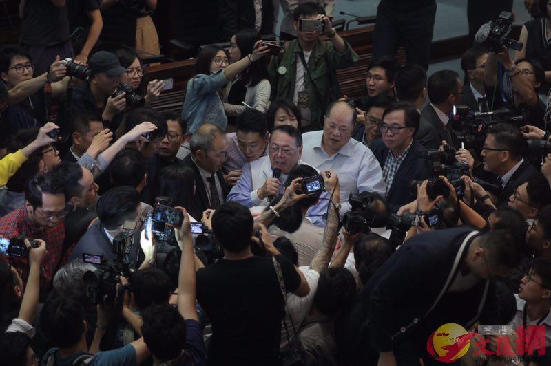 反對派議員肆意作梗,議會秩序大亂(全媒體記者麥鈞傑攝)