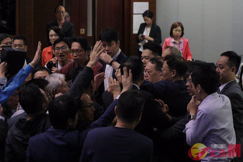 反對派議員公然辱罵維護議會秩序的建制派議員(全媒體記者麥鈞傑攝)