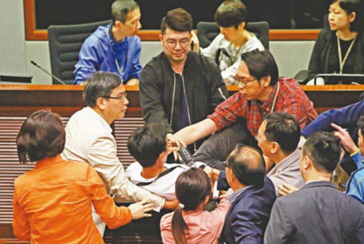 法案委員會轉到會議室2開會,反對派繼續搶咪、包圍、起哄。
