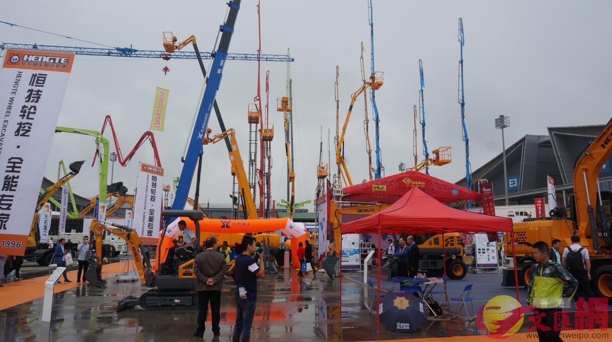 長沙國際工程機械展覽會現場鐵臂林立(記者 姚進 攝)