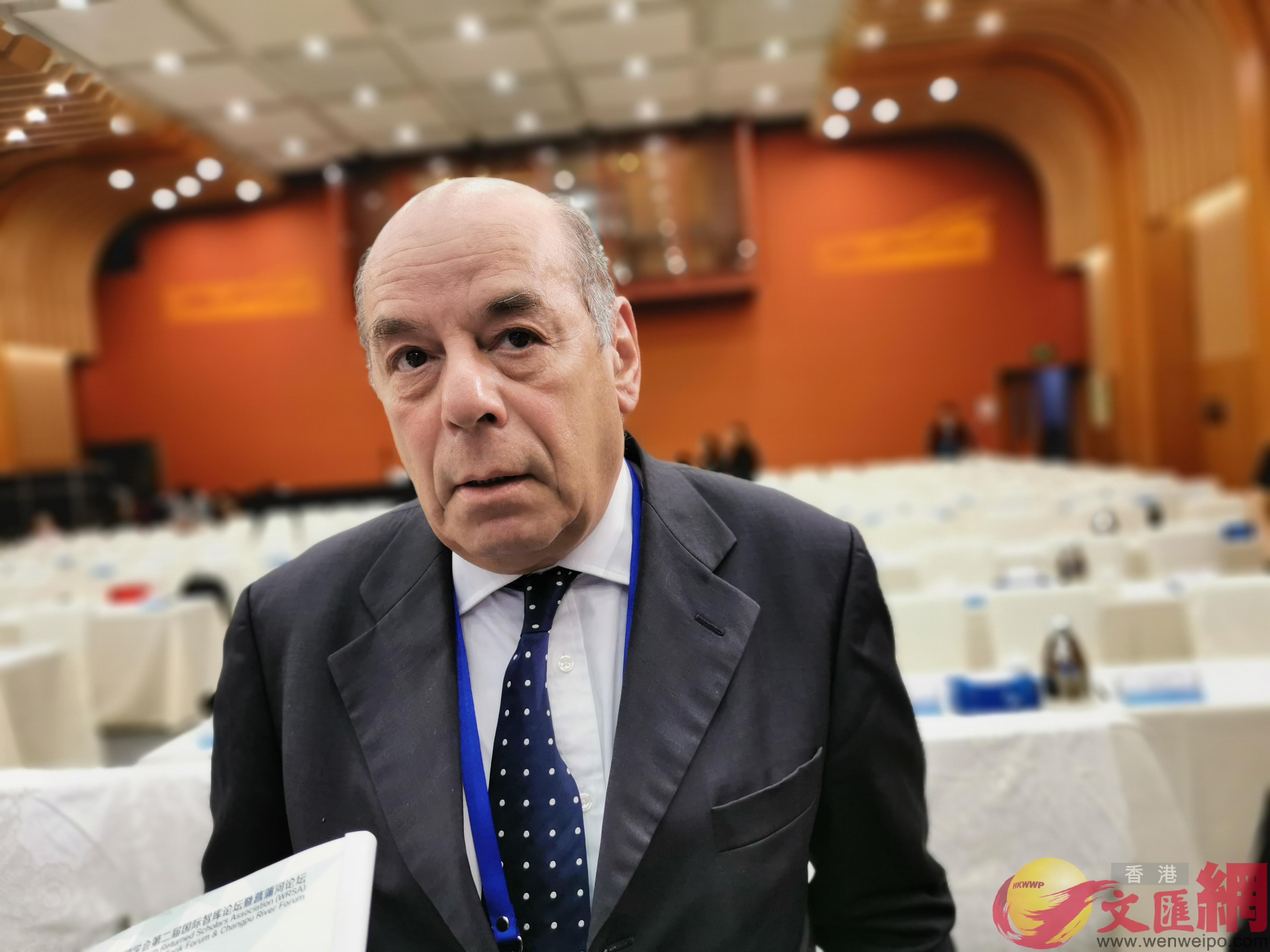 「歐洲之友」董事會理事保羅·瑞維爾15日在歐美同學會第二屆國際智庫論壇間歇接受大公文匯全媒體采訪(記者張帥攝)