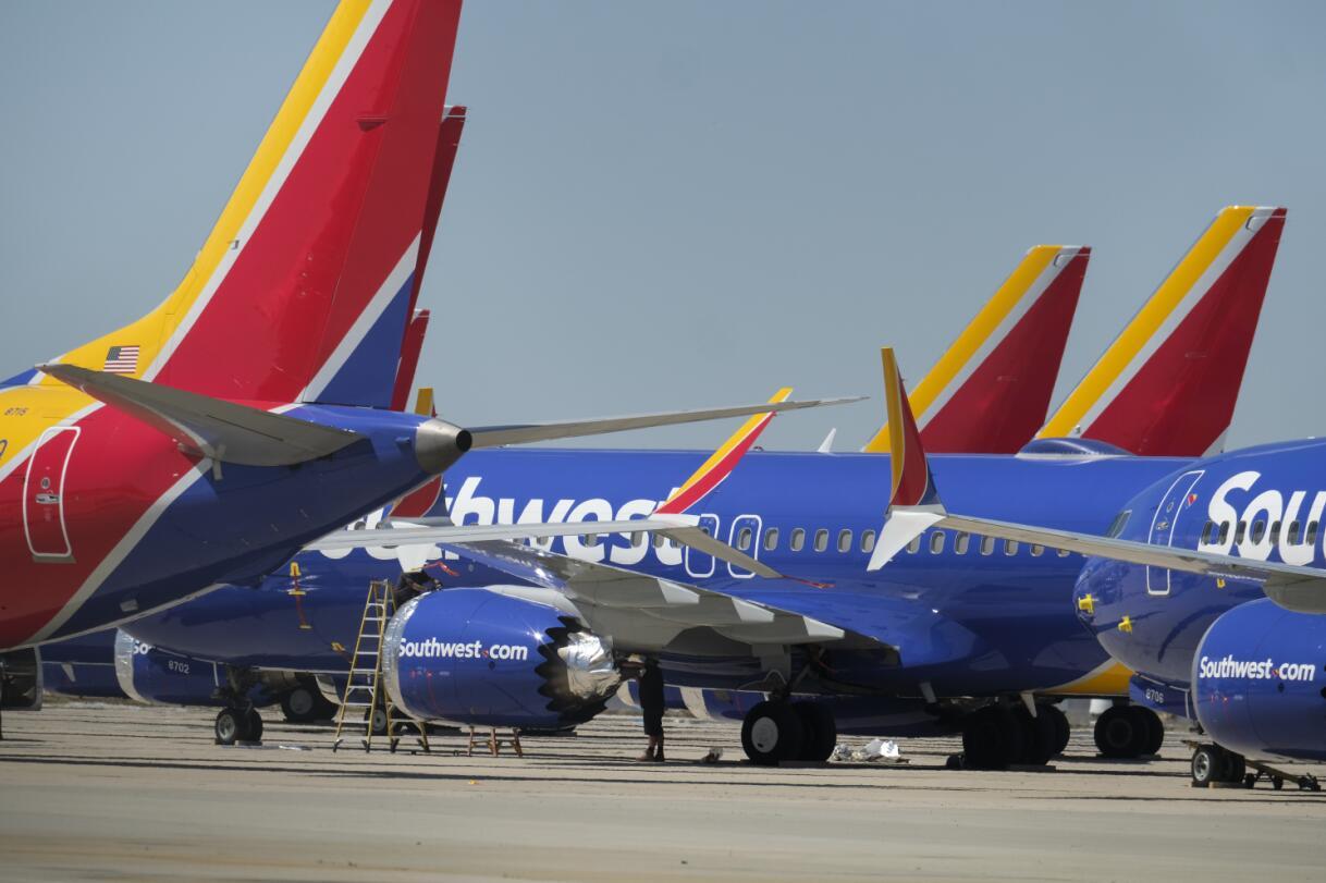 資料圖:3月27日,在位於美國加利福尼亞州維克托維爾的南加利福尼亞物流機場,工作人員檢查美國西南航空公司的波音737 MAX 8型號飛機。新華社