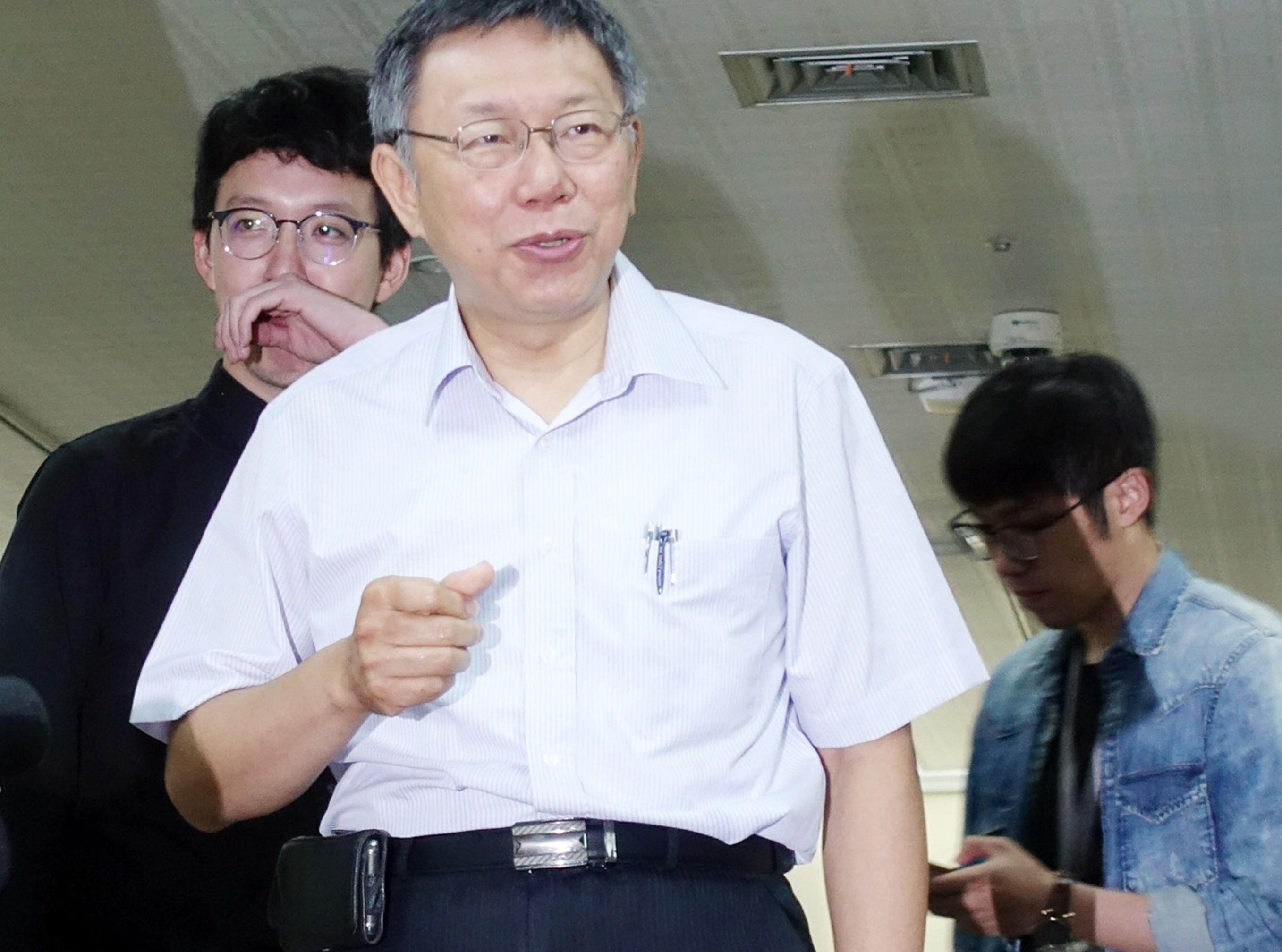 柯文哲(前)「正準備」參加明年台灣地區領導人選舉。(台灣「中央社」資料圖片)