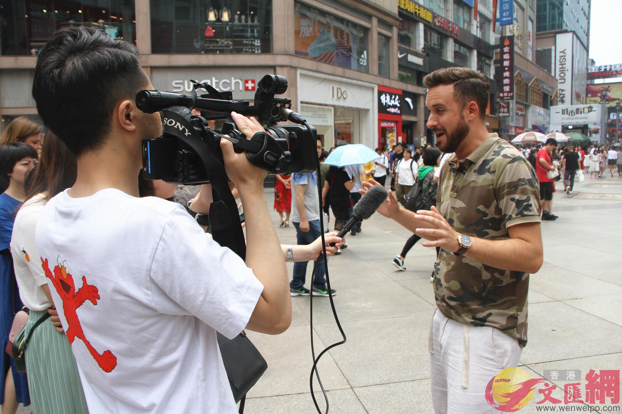 Aleksander Sikora接受當地媒體採訪(記者 李兵 攝)