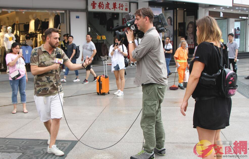 波蘭國家電視台早間新聞節目主持人Aleksander Sikora在春熙路拍攝採訪(記者 李兵 攝)