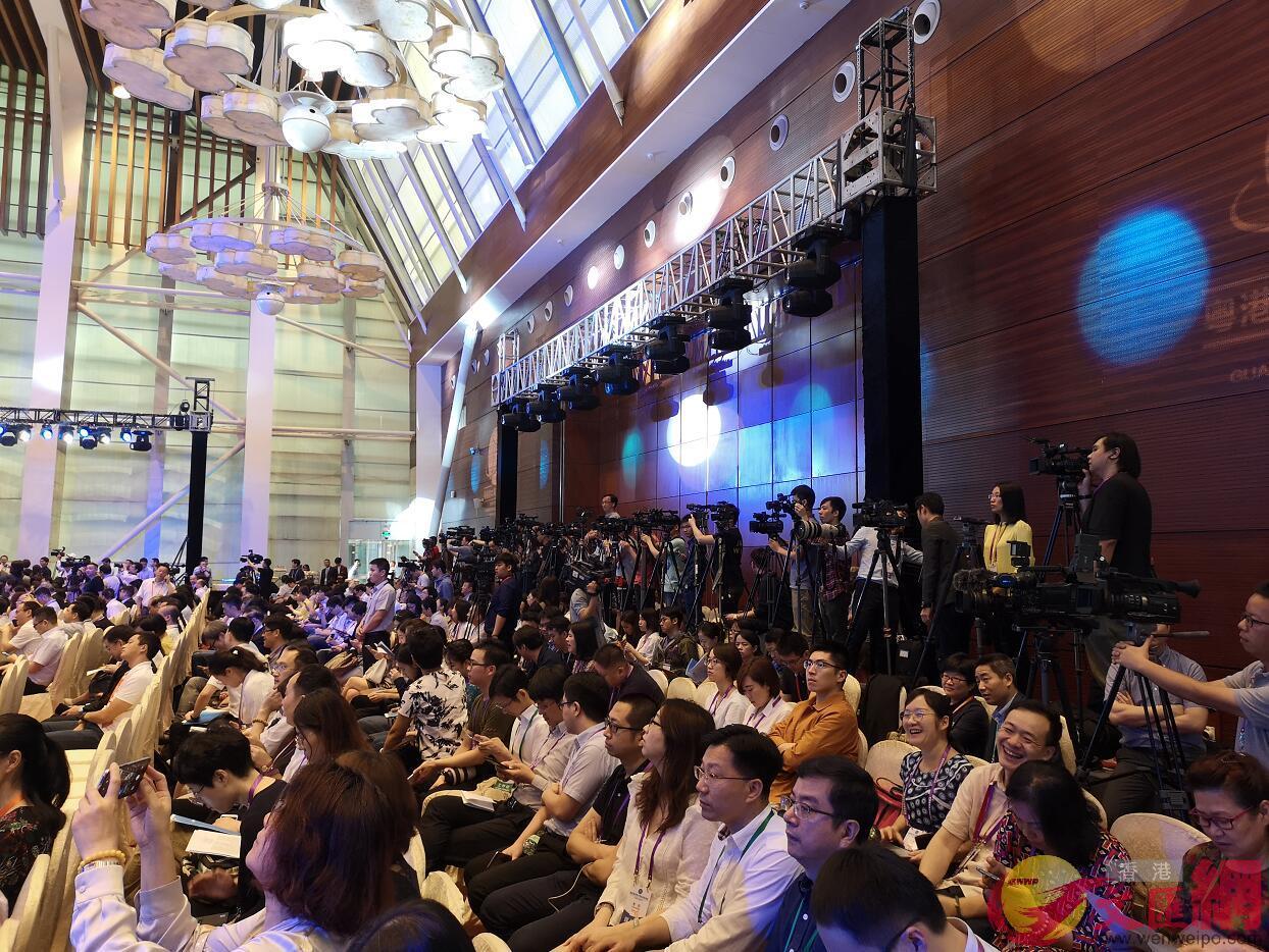 首屆粵港澳大灣區媒體峰會今日(19日)在廣州開幕。來自中央、粵港澳台、泛珠地區8省區等媒體共計300多名嘉賓代表到會(大公文匯全媒體記者 石磊攝)