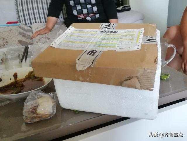 當時用來裝芒果的快遞箱。
