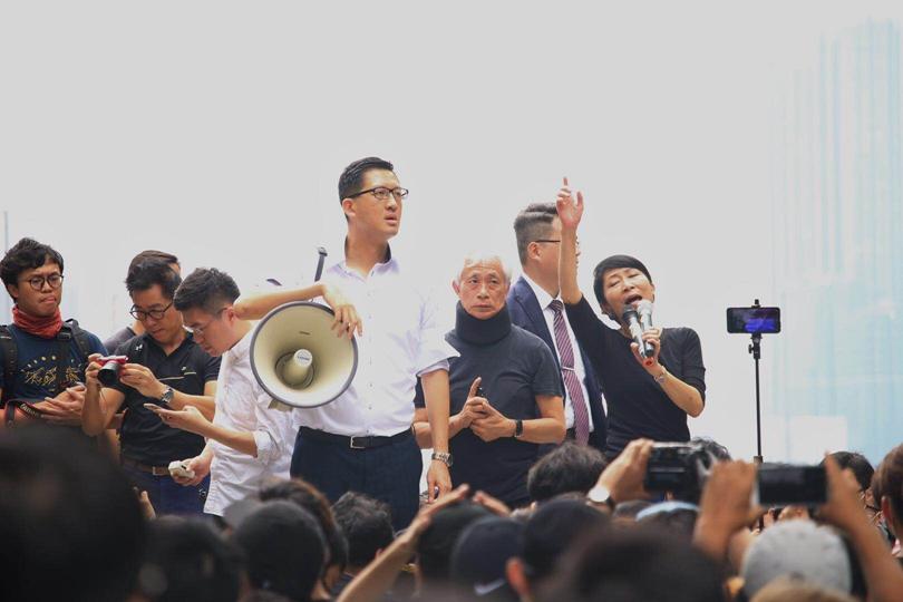 反對派議員到「佔領」現場為示威者「打氣」