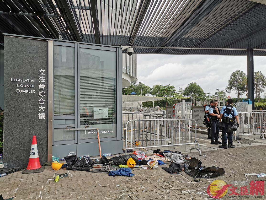 軍裝警員在立法會大樓前巡邏(大文全媒體記者何燊亮攝)